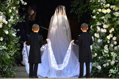 hbz-meghan-markle-wedding-dress-gettyimages-960049790-1526729015